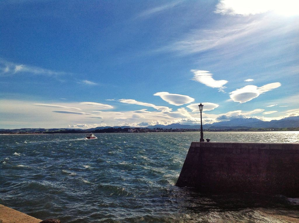 nubes-sur-los-reginas-farolas-sur-bahia-santander