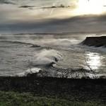 Las olas trepan por Cabo Menor
