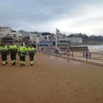 Día de limpieza y reconstrucción tras la gran ola en el Sardinero
