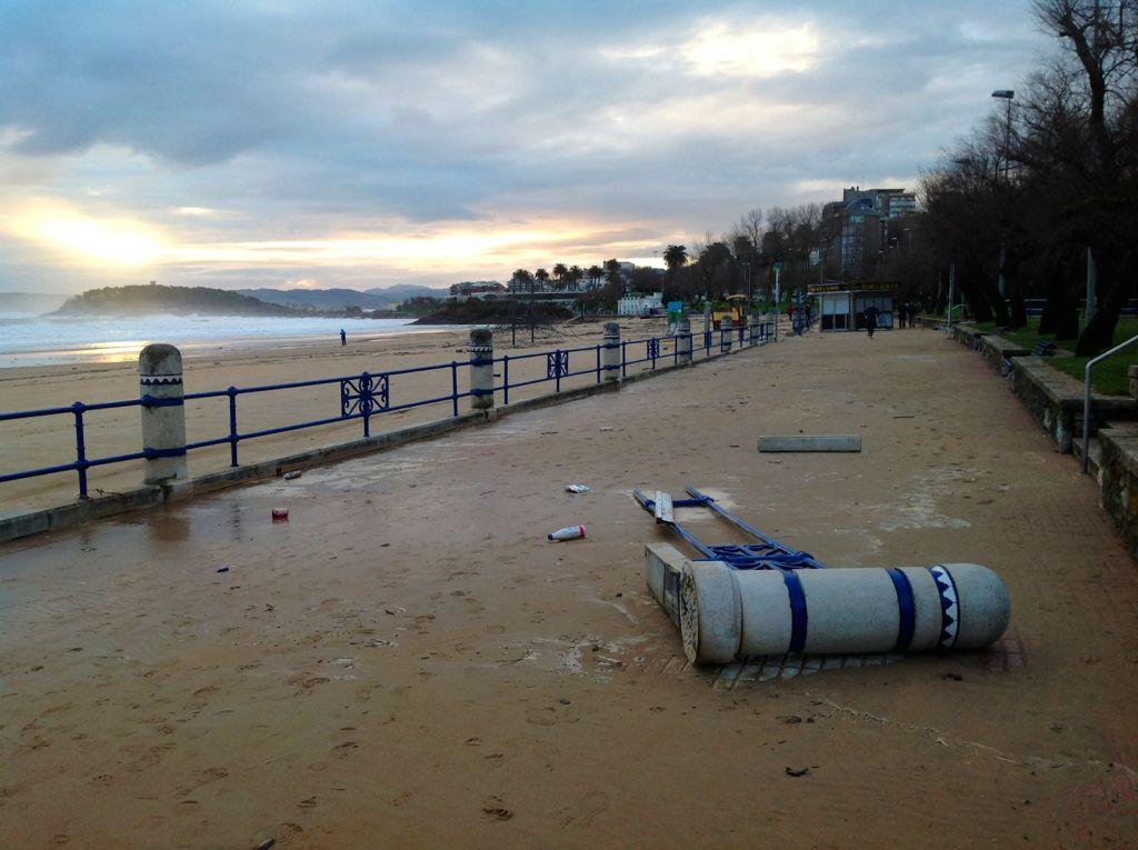 temporal-destrozos-sardinero-barandilla-playa