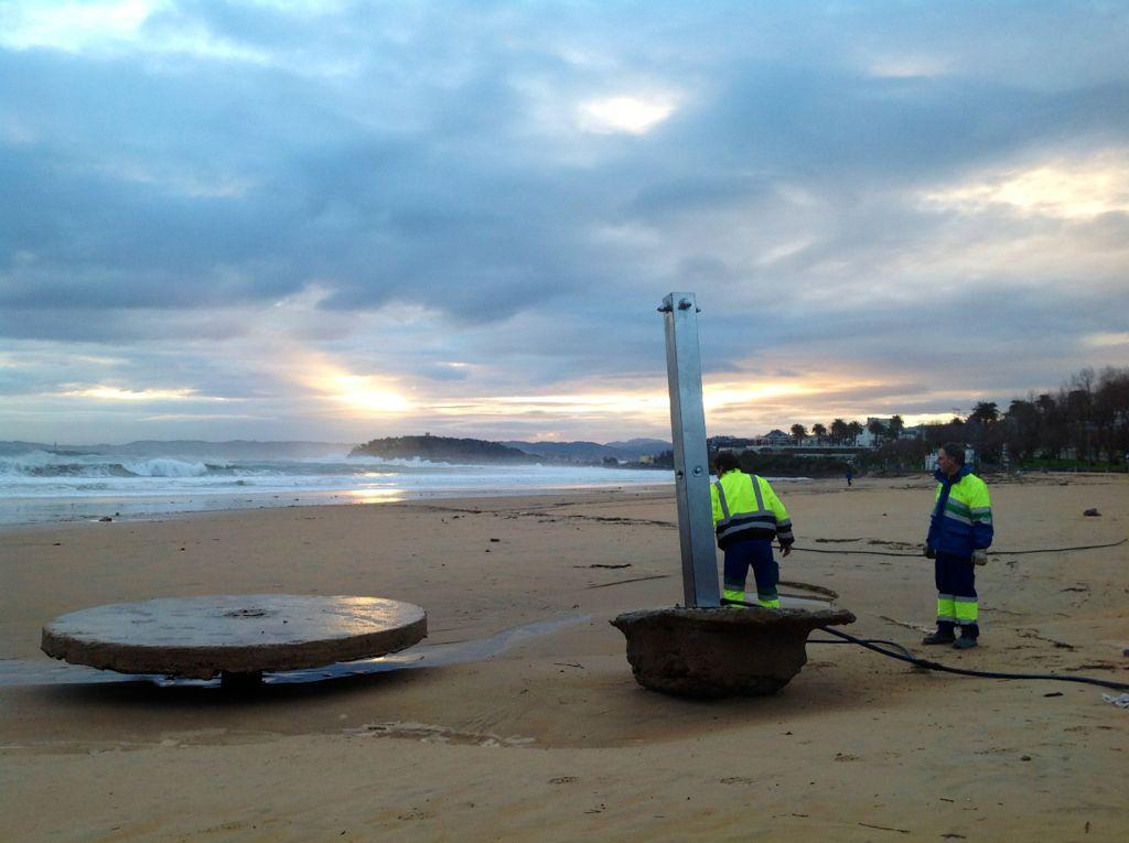 temporal-destrozos-sardinero-ducha-playa
