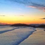 Al alba las olas entrando de tres en tres