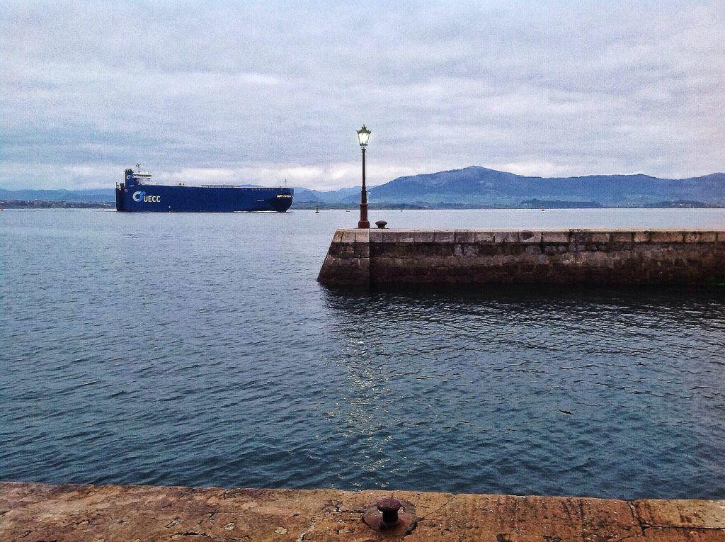 buque-bahia-santander-farola