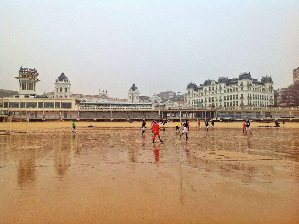 futbol-playa-lluvia-santander-sardinero
