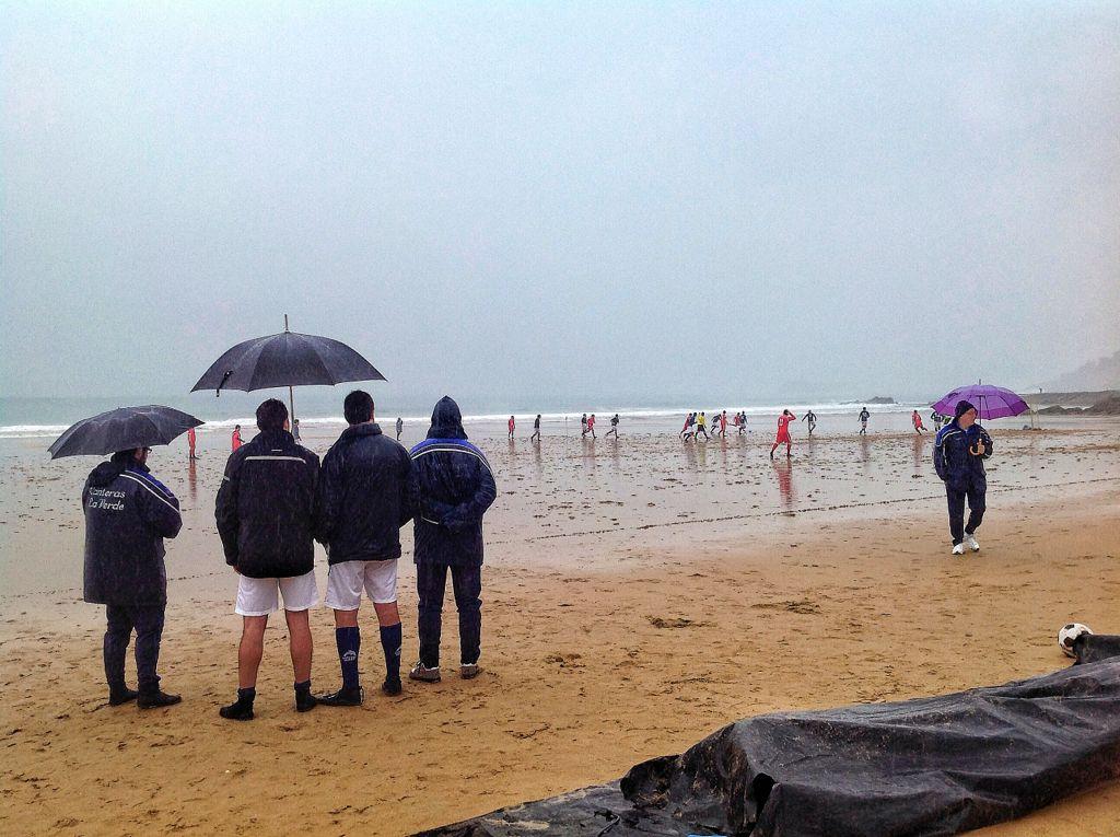 futbol-playa-sardinero-santander-lluvia