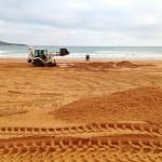 La arena del Sardinero viaja a lomos de una excavadora