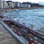 Aceras que se desmoronan por efecto de la mala mar en la Segunda del Sardinero