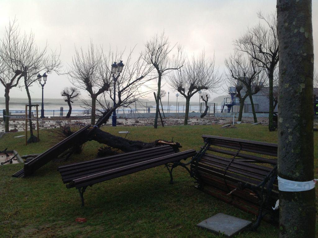 temporal-destrozos-sardinero-parque-bancos