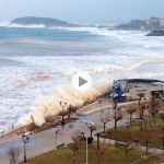 Nuevo temporal en el Sardinero: El Parque y El Cormorán otra vez llenos de mar y gente corriendo porque les pillan las olas