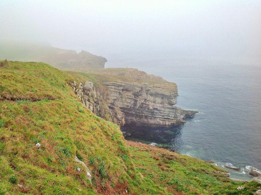 niebla-faro-acantilados