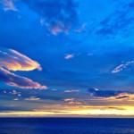 Nubes encendidas sobre el Cantábrico