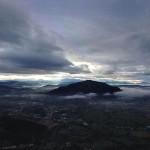 Nubes que abrazan Peña Cabarga. Por aire y por tierra