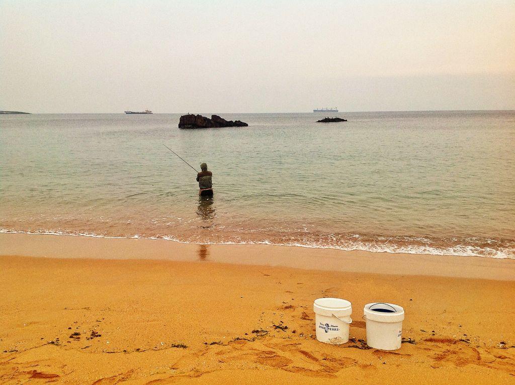 pesca-camello-agua-cintura