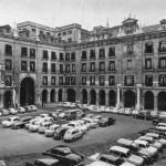 La plaza Porticada cuando circulaban coches por ella
