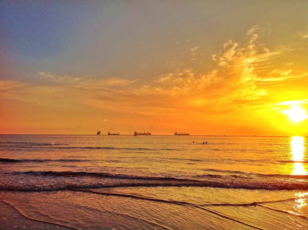 amanecer-verano-nadadores