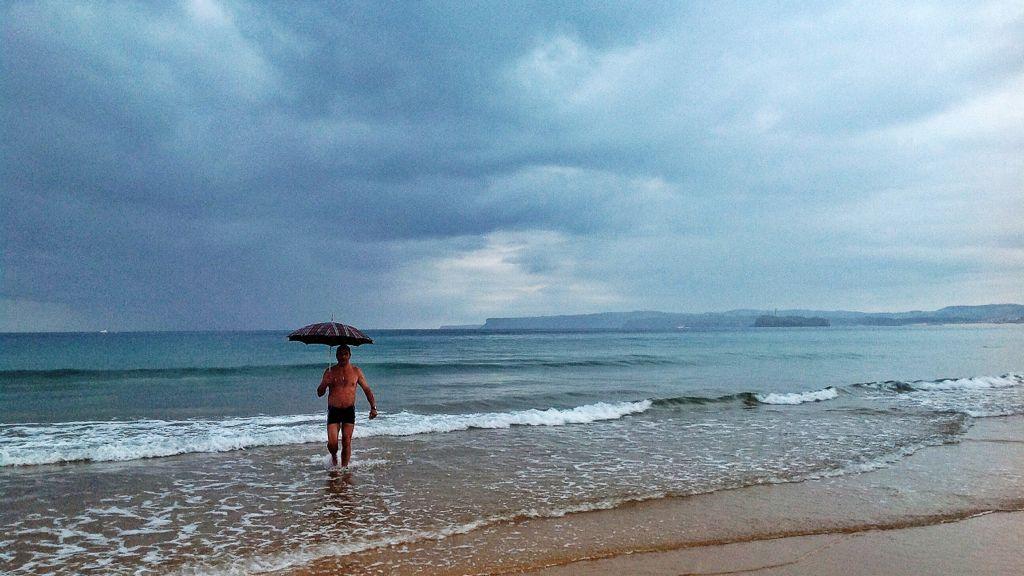 sardinero-lluvia-playa