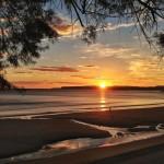 Otro amanecer de sur. El Sardinero se disfraza de bahía. Ni una ola