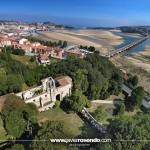 Las ruinas del convento de San Luis en San Vicente de la Barquera a vista de dron