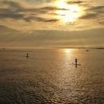 Navegar con lo mínimo por la bahía. Al amanecer