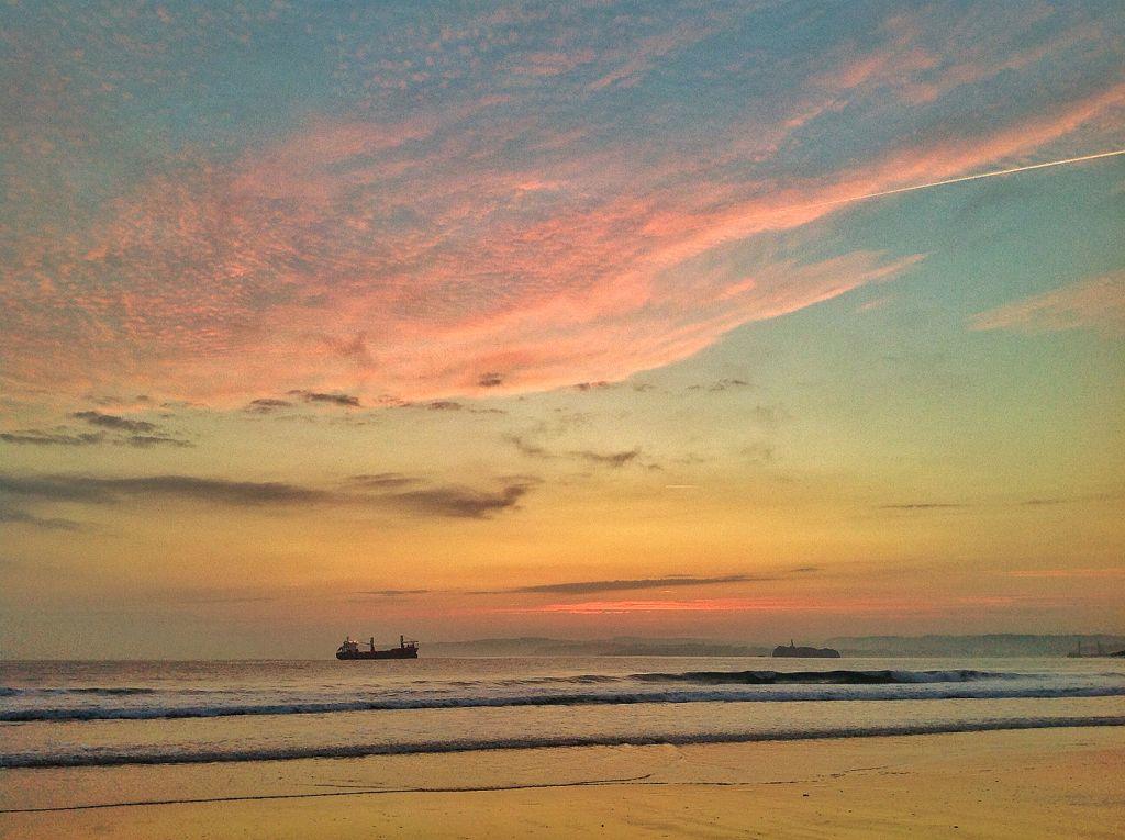amanecer-barco-sardinero-santander-nubes