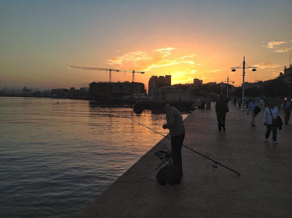 pescador-muelle-calderon-santander-atardecer