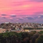 Un amanecer de cielos rosas sobre la ciudad