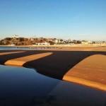 El espigón de Bikinis tumbado en la arena
