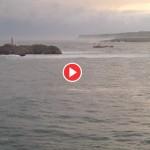 Así entra un buque a la bahía de Santander con temporal
