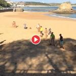 Cómo se vive en Santander. Unas palas en bañador a finales de noviembre