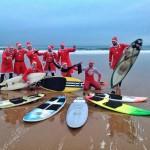 Papás Noel hacen surf en el Sardinero