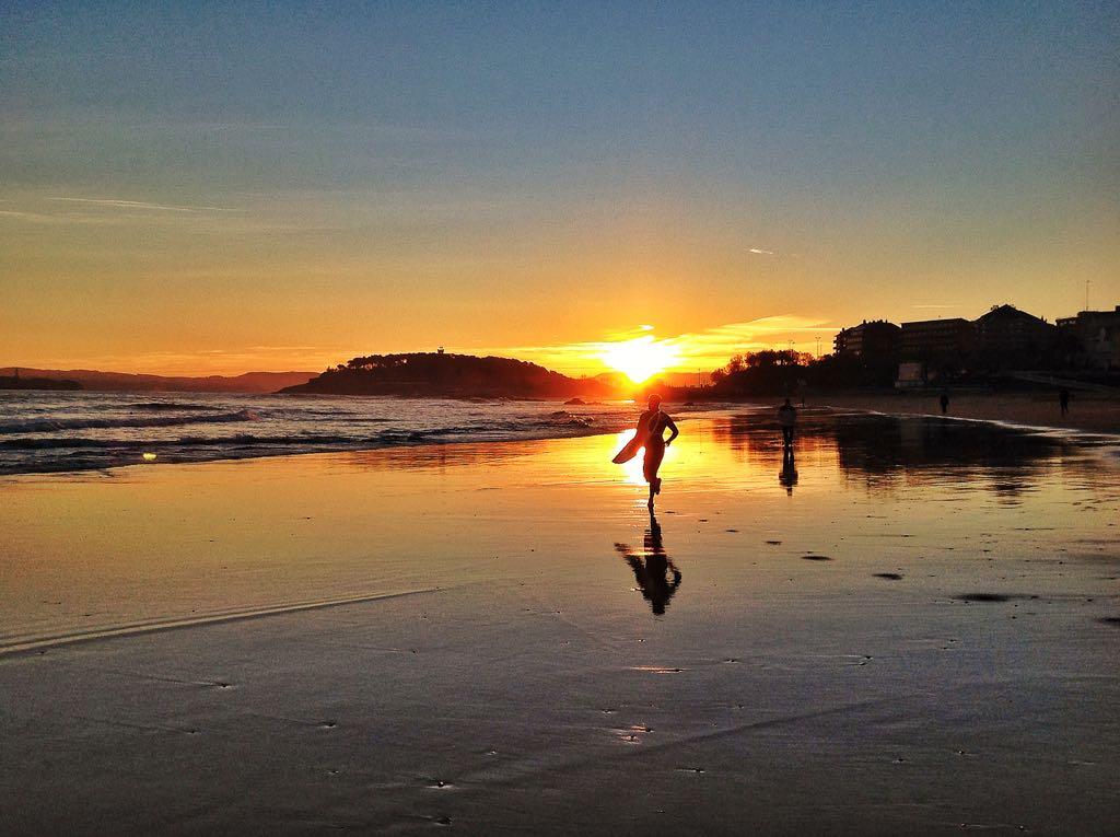 surfista-amanecer-santander