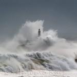El faro de la isla de Mouro aguanta la bravura de un mar cabreado