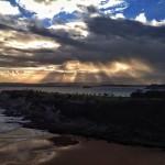 El sol lucha para echar una mirada al Sardinero
