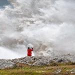 Ola gigante golpeando sobre las rocas de Virgen del Mar