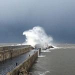 Una ola en tres instantes. En el muro de San Vicente de la Barquera