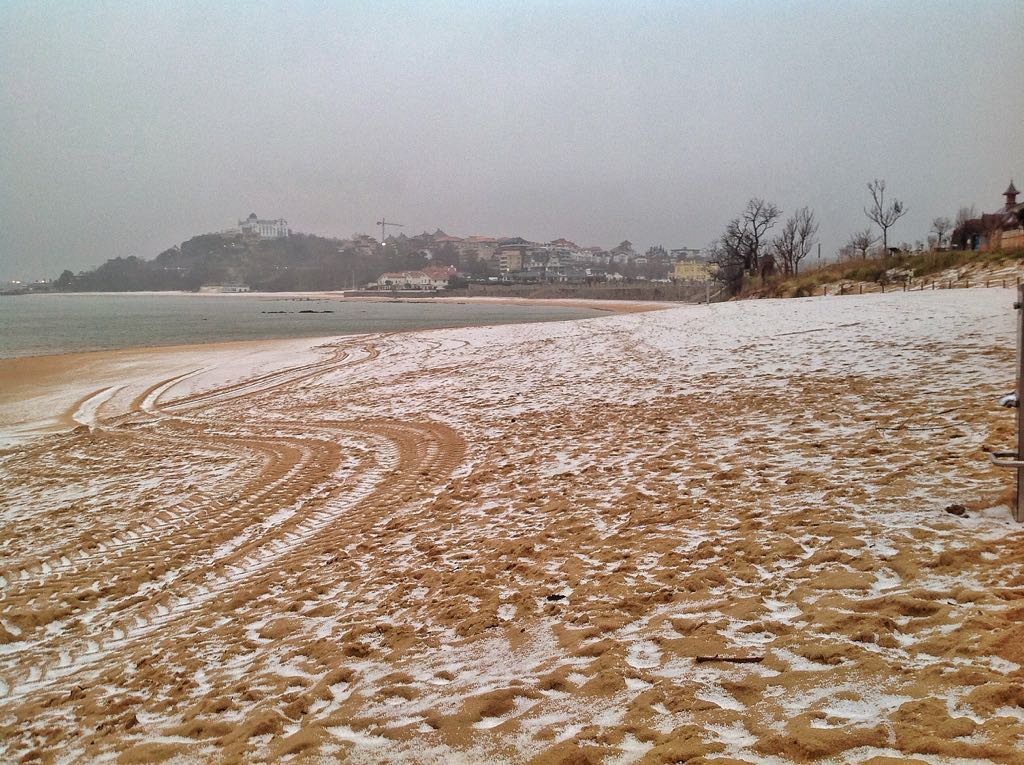 playa-bikinis-blanco-nieve-granizo