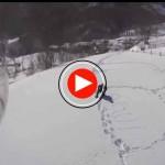 La Guardia Civil dando de comer a caballos aislados por la nieve en Cantabria