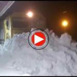 Tren frenado por una montaña de nieve en Reinosa. WOW