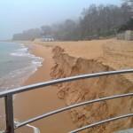 Mareas que engullen toneladas de arena en Los Peligros