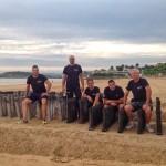 Plantando los fuegos en la arena del Sardi