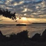 La isla de Mouro con sol naciente y bruma costera