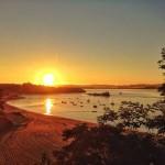 Sale el sol sobre la bahía de Santander y el mundo se para