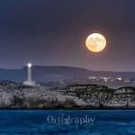 La superluna se asoma a la isla de Mouro