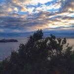 Nubes de colores sobre la isla de Mouro