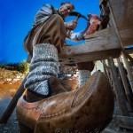 Un paisano haciendo albarcas