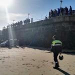 Un coche se despeña por el aparcamiento de la playa del Camello
