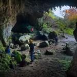 Espeleólogos en una cueva de Rasines