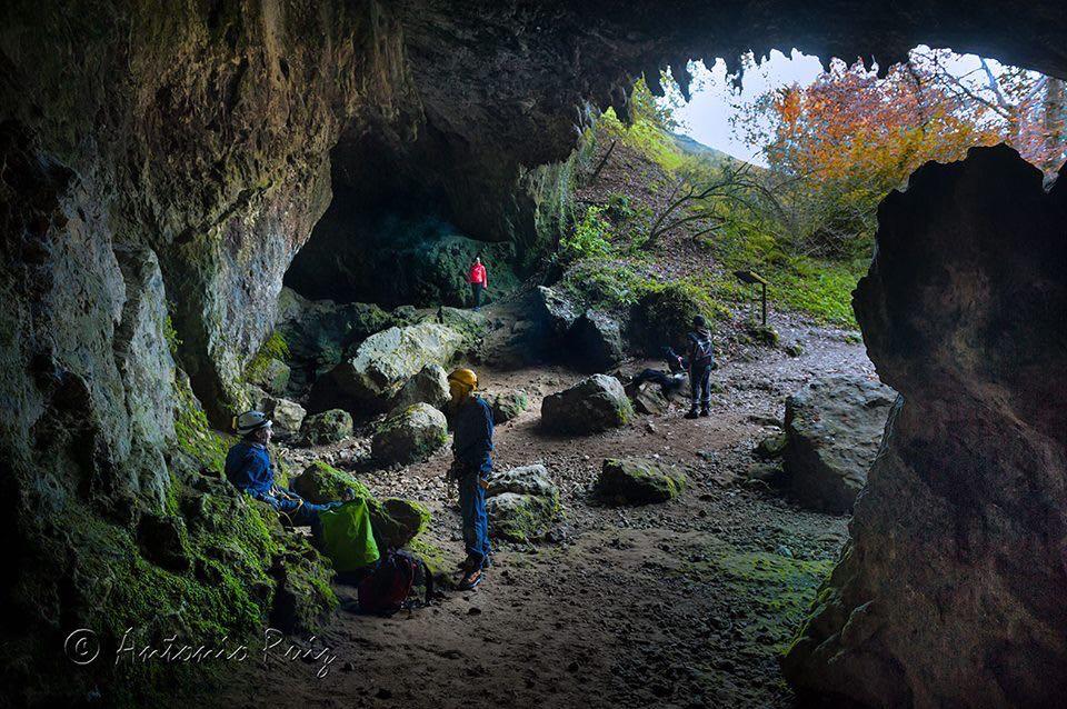 espeleologos-cueva-rasines