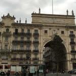 El viento sur tira una de las estatuas del Banco de Santander