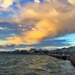 Nubes de sur en una bahía bien movida